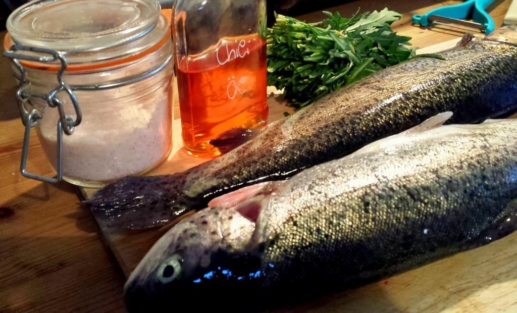 Die Zutaten für den Fisch: Forelle, Salz, Chiliöl, Rukola und Knoblauch