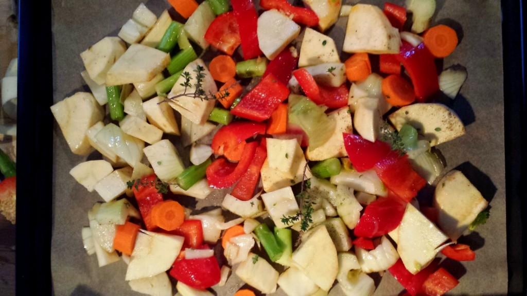 Gemüse auf dem Blech und dem Weg in den Ofen: Pastinake, Karotte, Paprika und Fenchel