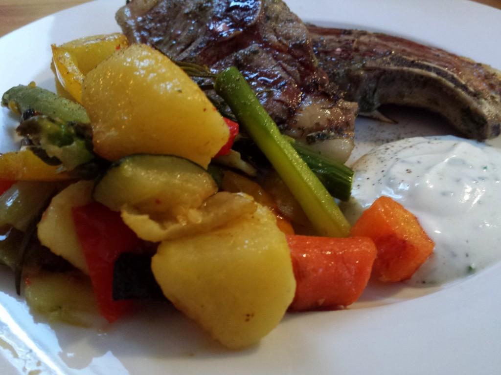 Lammkotelett mit Ofengemüse und Joghurtdipp