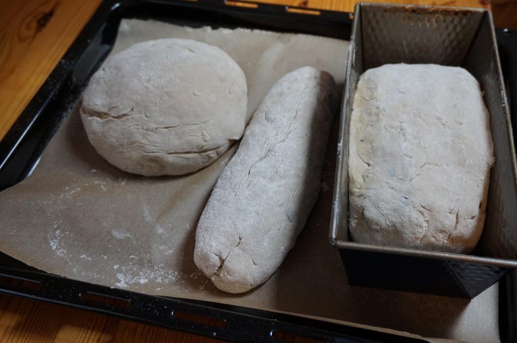 Nicht perfekt geformt warten sie Rohlinge, dass er Ofen aufgeheizt ist.