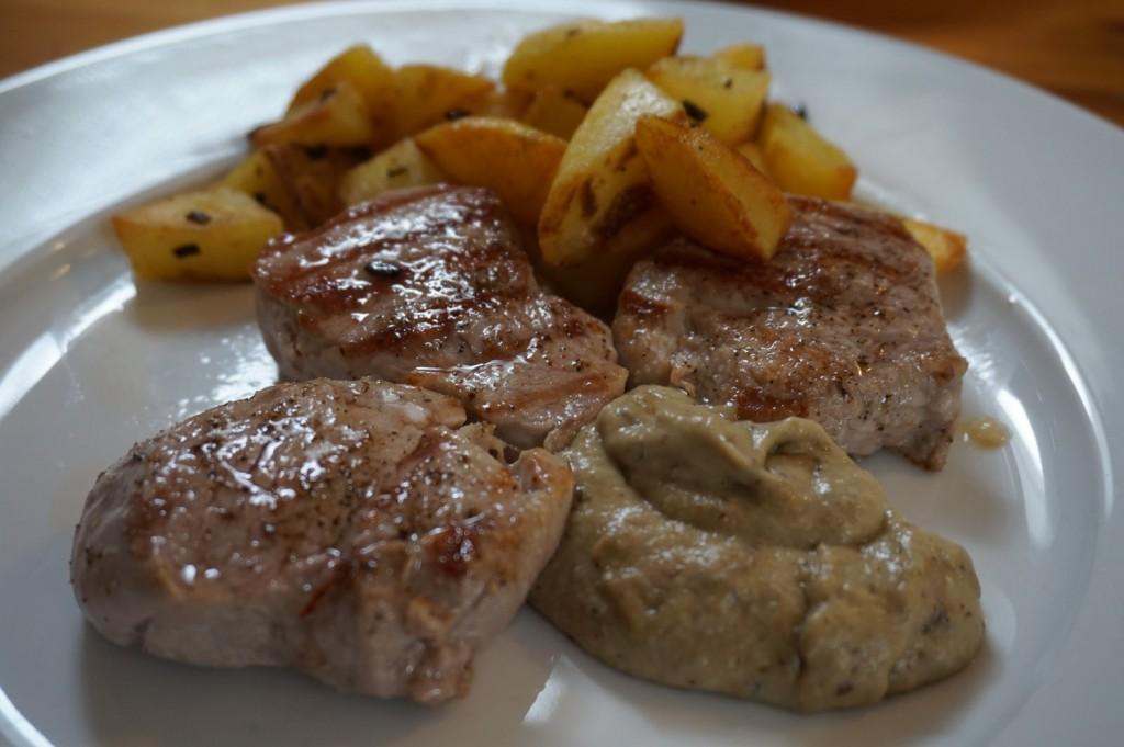 Schweinefilets mit gebratenen Kartoffelwürfeln und Auberginencreme.