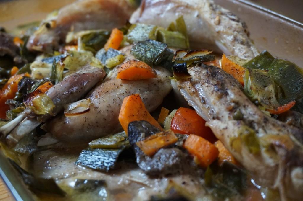 Kaninchen als Ganzes gekauft, zerlegt und mit Gemüse im Ofen gegart.