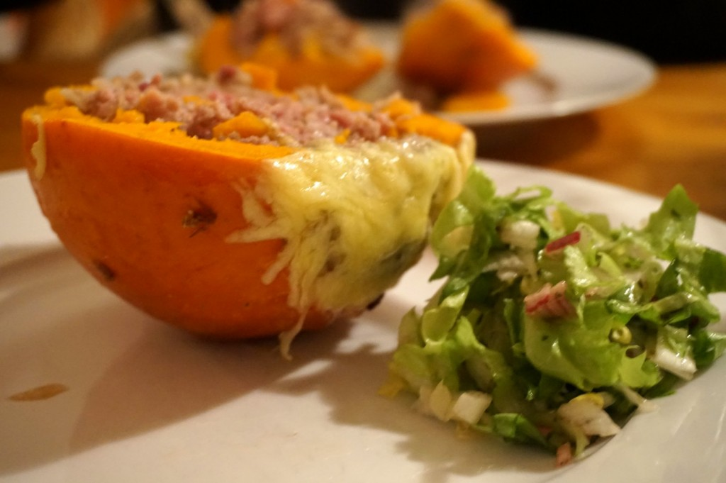 Passt gut zum gefüllten Kürbis: Endivien-Salat!