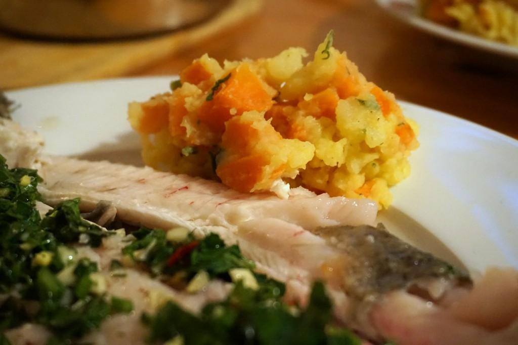 Gebratene Forelle mit Kräuter-Knoblauch-Ingwer-Füllung, dazu Kartoffel-Gelbe-Rüben-Stampf