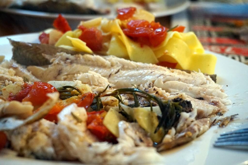 Forelle mal anders - gegart in Weißwein mit Tomaten, Knoblauch, Ingwer, Salbei und Rosmarin.
