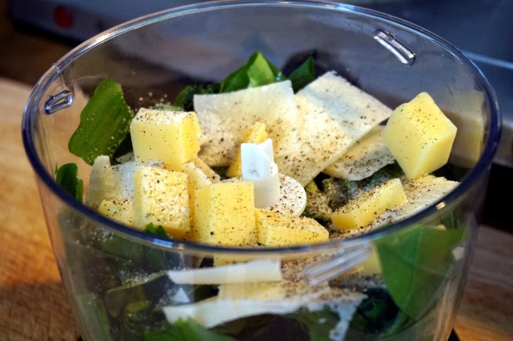 Bärlauchpesto: Bärlauch, Käse und Gewürze - nur die Mandeln fehlen noch.