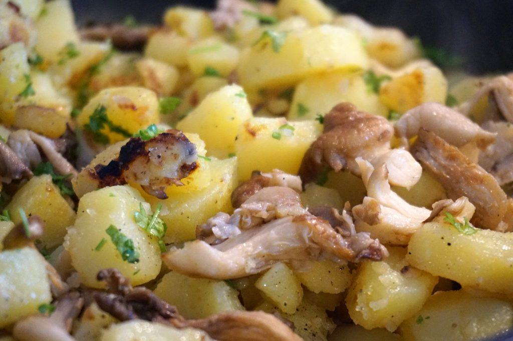 Bratkartoffeln mit Austernpilzen.