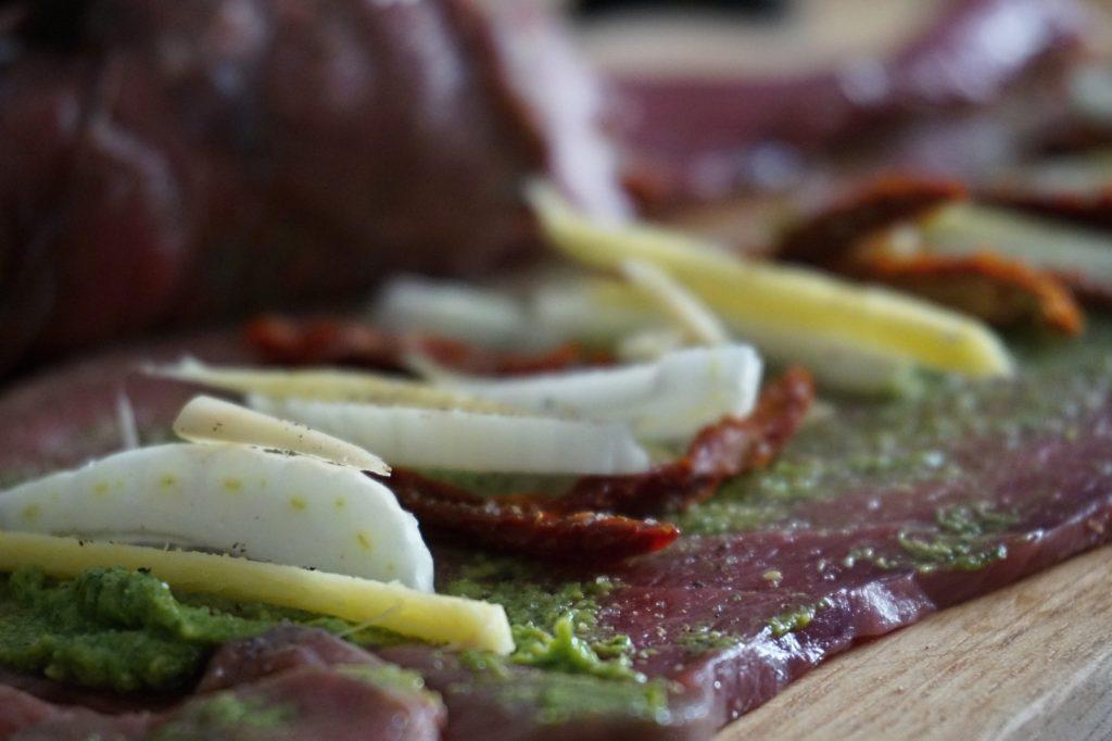 Kurz vorm Einwickeln: Roulade mit Ingwer, Fenchel und getrockneten Tomaten.