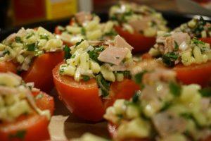 Die Tomatenhälften mit Käse, Schinken und Petersilie beschichtet.