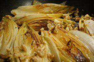 Der in Öl und Honig angebratene Chicorée mit Walnüssen.