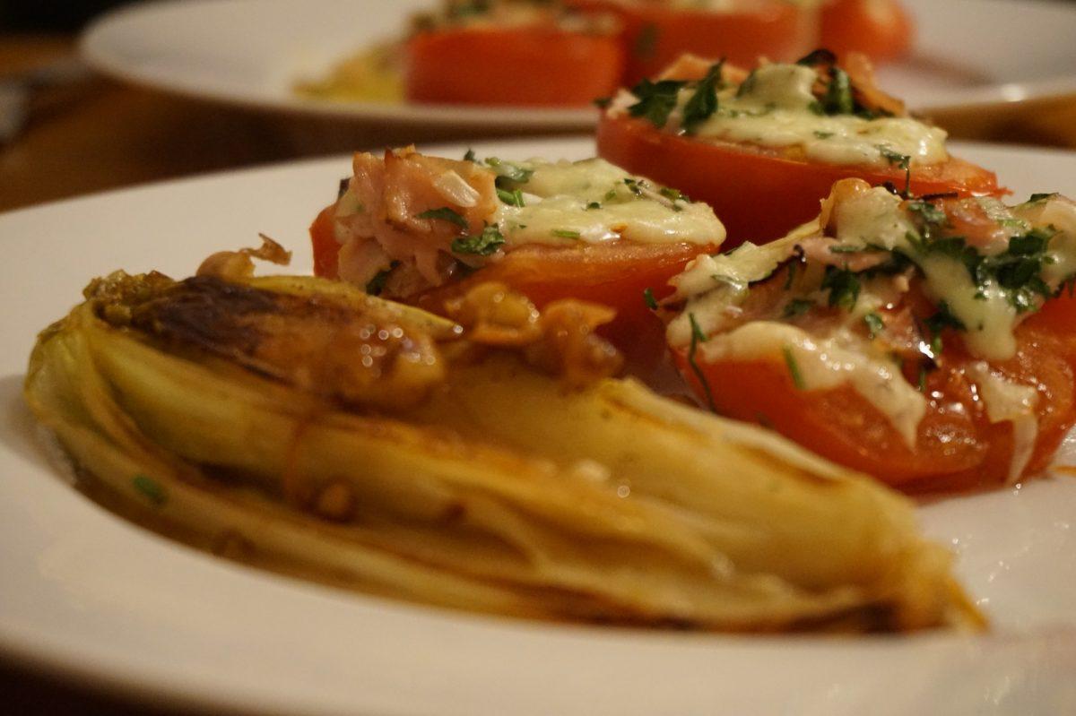 Überbackene Tomaten mit Honig-Nuss-Chicorée