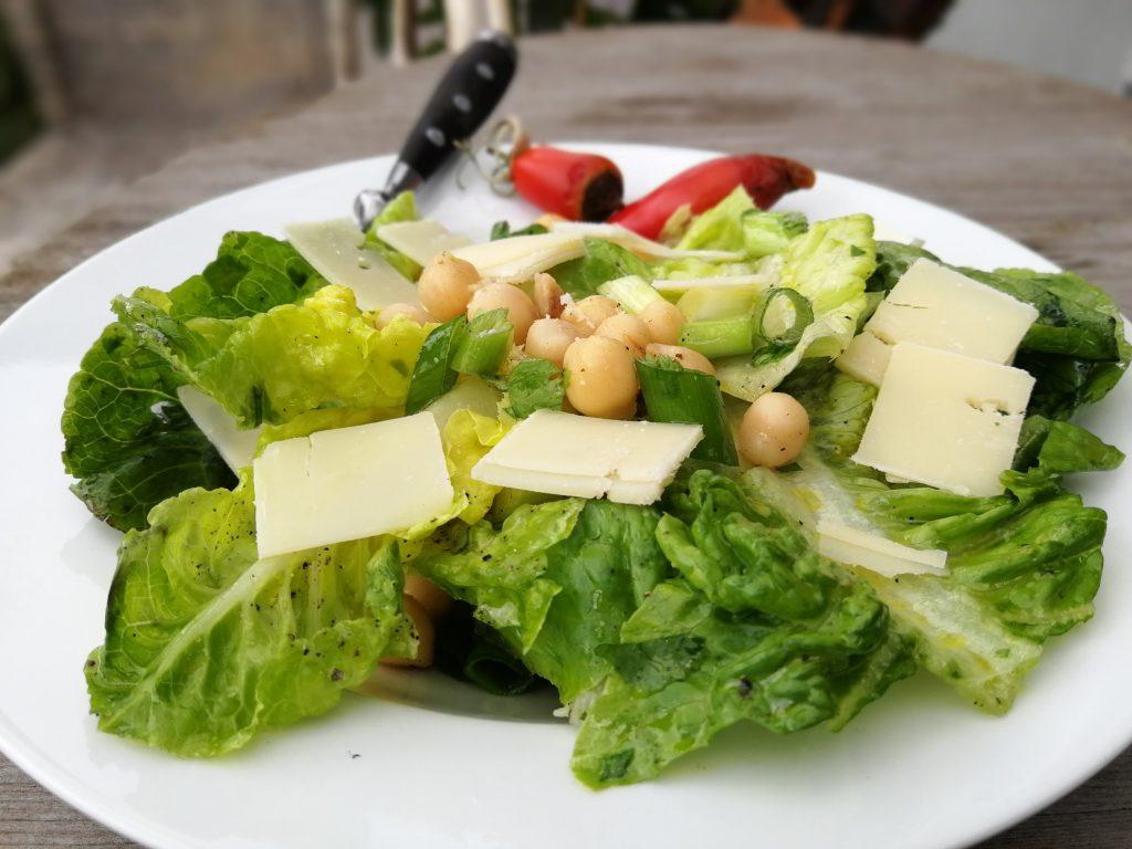 Mini-Romana-Salat mit Kichererbsen, Frühlingszwiebeln und Parmesan.