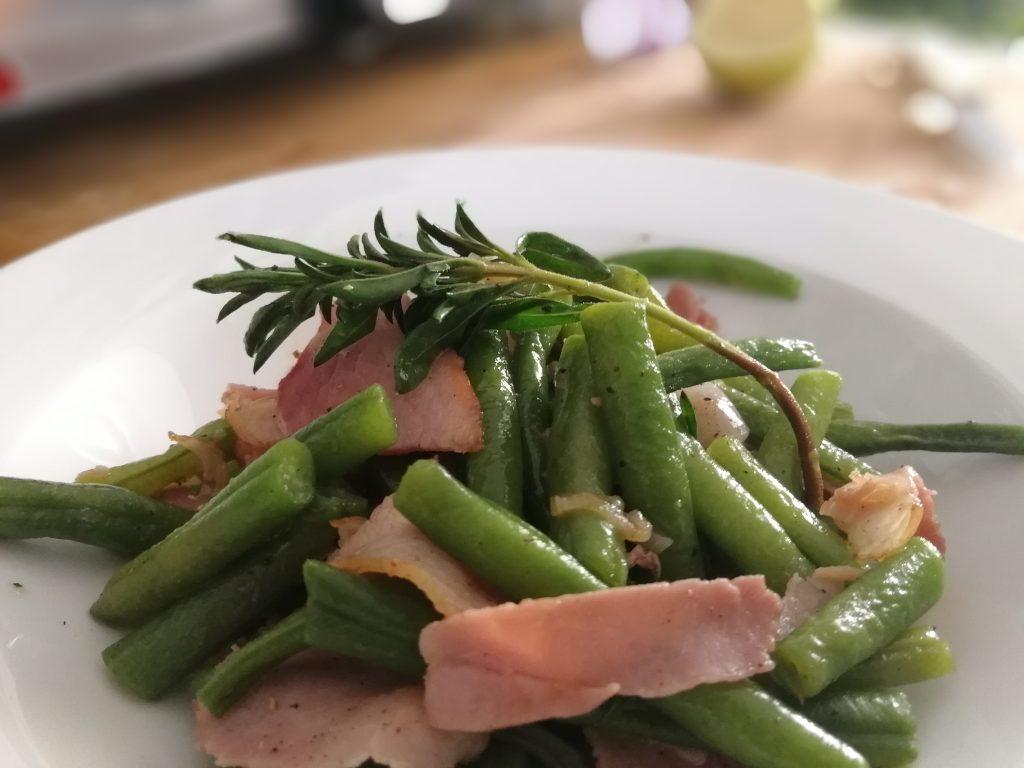 Grüne Bohnen mit Schinken und Bohnenkraut.