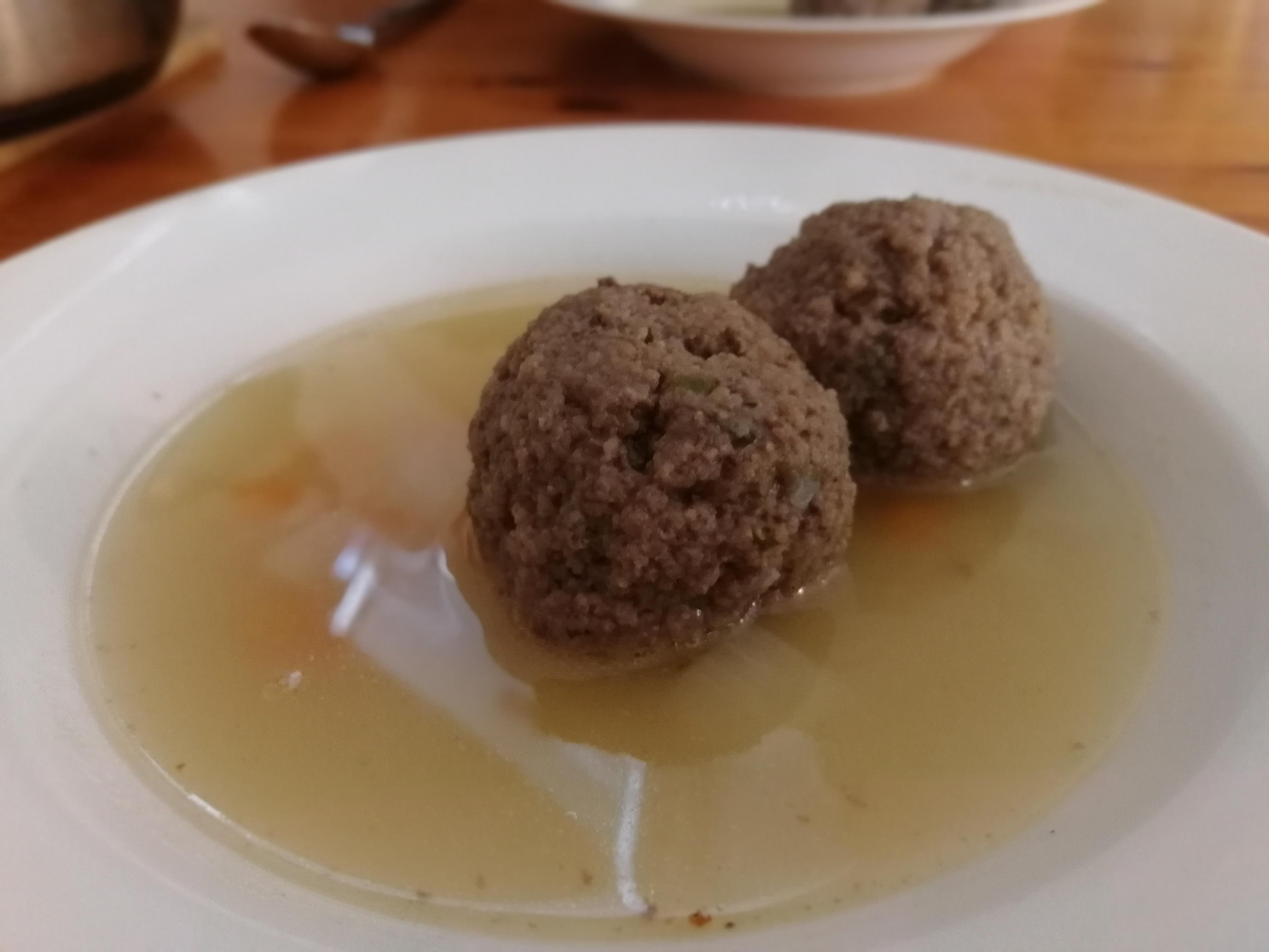 Leberlößchen mit Suppe im Teller.